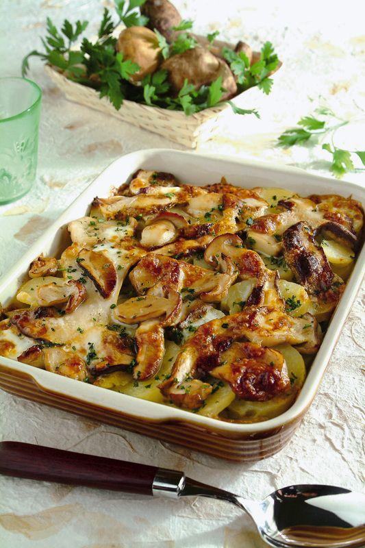 600 g patate lessate poi a rondelle 1 cm-- 400 g funghi porcini freschi a fette, a fuoco vivo 3-4 minuti con olio, 1 spicchio d'aglio, sale, pepe. Trita1 spicchio d'aglio con 3 cucchiai prezzemolo, 3 cucchiai pangrattato. 200 g taleggio senza crosta a fettine sottili. teglia burro,patate,trito aromatico,funghi e taleggio.alla fine 1/2 bicchiere brodo vegetale,40 g burro a pezzi. Copri con alluminio, buchi, 180° 20min+10 senza alluminio