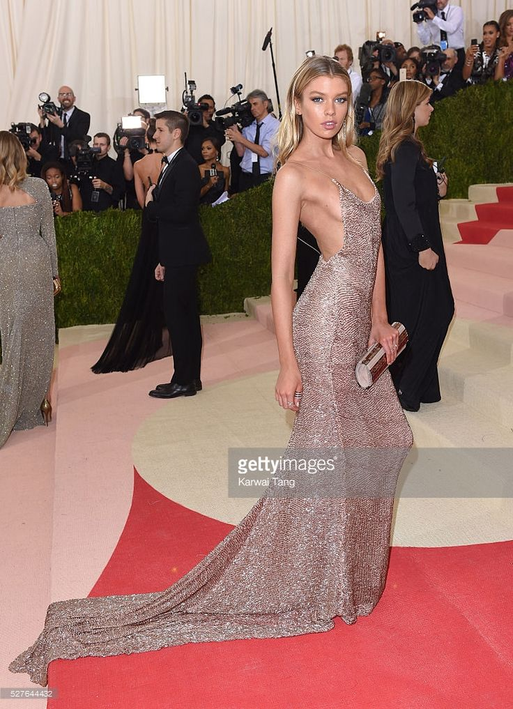Stella Maxwell arrives for the 'Manus x Machina: Fashion In An Age Of Technology' Costume Institute Gala at Metropolitan Museum of Art on May 2, 2016 in New York City.