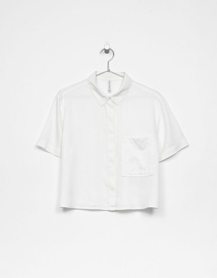 Camisa cropped tencel. Descubre ésta y muchas otras prendas en Bershka con nuevos productos cada semana