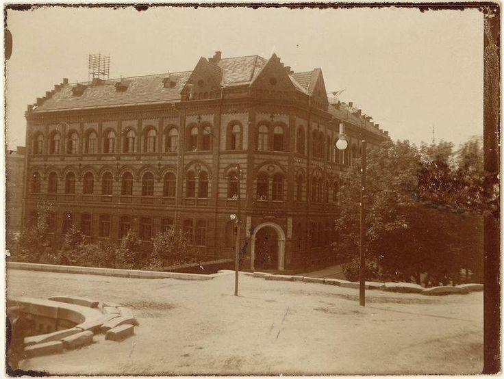 budynek szkoły przy ul. Sokolskiej w Podgórzu w 1913 roku.  Fot. ze zbiorów MHK.