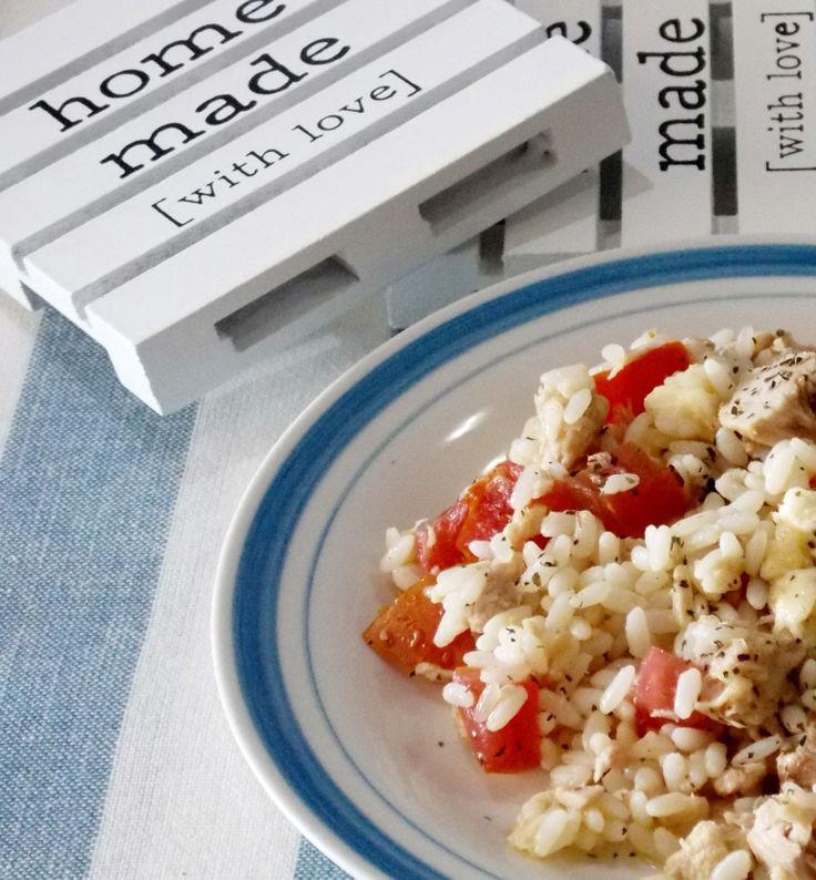 insalata di riso con pomodori, tonno e mozzarella