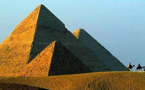 Mısır piramitlerini yapan dahiler de, nasıl ve nerden öğrendikleri bilinmeyen bu oranları kullanmışlardır. Piramitlerin yüksekliklerinin tabanına olan oranı 5/3, 8/5, 13/8 ya da 21/13