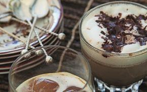 Chilikaffe med cremet mælk Hot kaffe, der luner og med dejlig smag af chokolade.