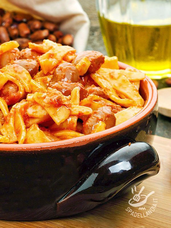 Ci sono ricette semplici, della tradizione contadina, intramontabili e gustossime! La Pasta e fagioli al pomodoro è un piatto buono, salutare e completo!