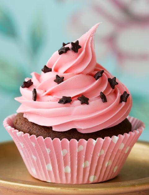 De chocolate con crema de frutillas y estrellas de chocolate: Cup Cakes, Chocolate, Sweet, Food, Recipes, Star, Yummy, Pink Cupcakes, Dessert