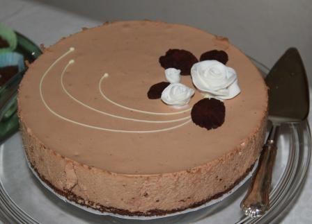 Pätkis-juustokakku   24cm vuokaan  Pohja:  1,5 pötköä Domino-keksejä (mintun makuista)  n.60g voita   Täyte:  1,5 pussia pätkiksiä  3 riviä...