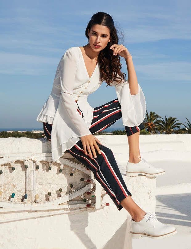 Tenue de bureau : pantalon fluide à rayuresPantalon fluide à rayures et blouse blanche, Rinascimento, prix non communiqué.
