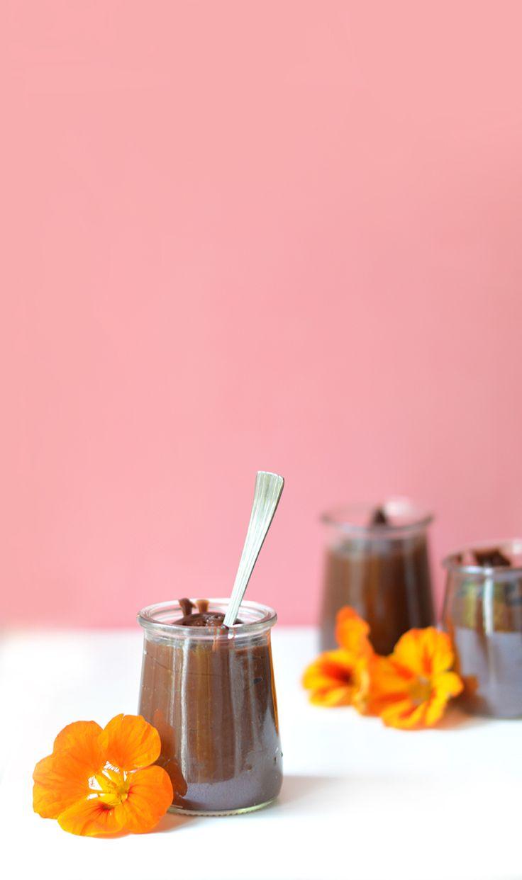 J'ai englouti un sacré paquet de Danette au chocolat quand j'étais petite, pas vous ? Je vous propose de retrouver le goût de ces petits pots de crème en version healthy (vegan, sans gluten) avec cette recette ultra régressive de crème dessert au chocolat ! www.sweetandsour.fr