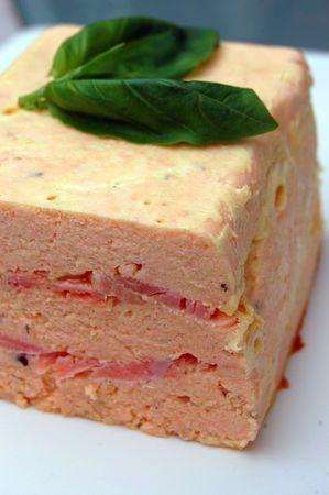 Recette Terrine aux deux saumons : Placez le saumon frais, les oeufs, la crème et les épices dans le bol du mixeur. Mixez jusqu'à ce que le mélange soit b...