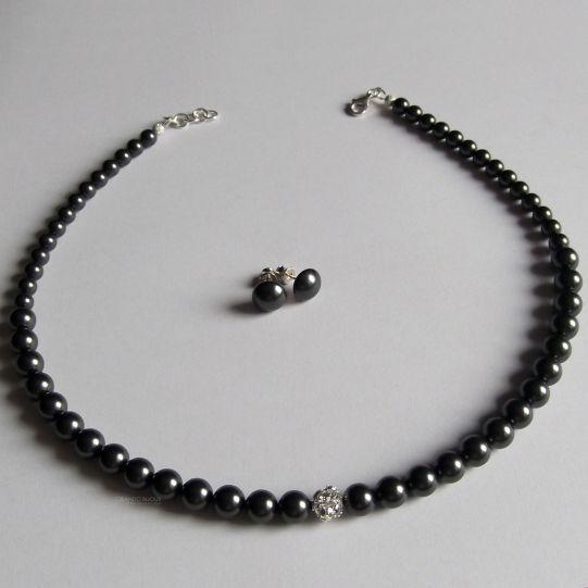 Designed by Criando Bijoux made with SWAROVSKI ELEMENTS.  Culoare perle: negru  Dimensiune perle: 5-8mm Dimensiune globuri cristal: 3x 8mm  Accesorii inchidere colier - argint 925 Tortite cercei cu surub - argint 925