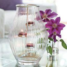 Windlichtglas Palazzo, mundgeblasenes Riffelglas erzeugt wirkungsvolle Lichteffekte. H: 30cm, D: 22 cm. Inkl. silberfarbenem Metalleinsatz für Teelichter. https://susannerentsch.partylite.ch/Shop
