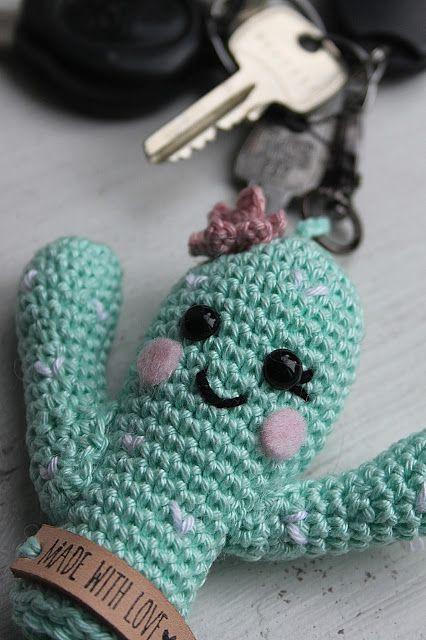 Cactus sleutelhanger gemaakt door Mrs. Hooked. Heel erg leuk haakpatroontje om te maken. Leuk ook om cadeau te geven.