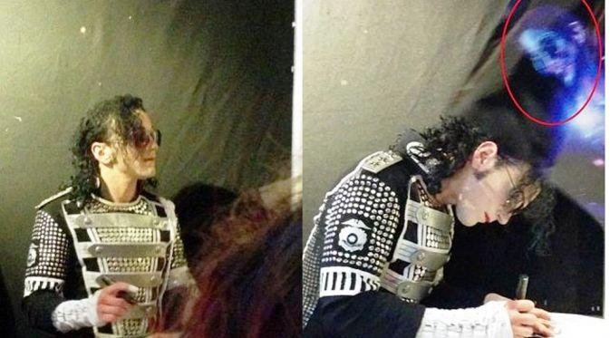 Sosok misterius muncul dalam foto dalam acara mengenang Michael Jackson di Bromley, di tenggara London, Inggris.
