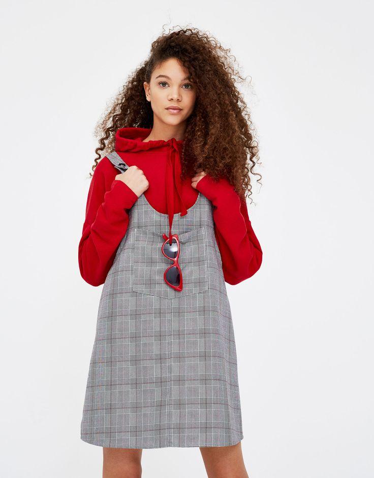 Kariertes Latzkleid Jetzt bestellen unter: https://mode.ladendirekt.de/damen/bekleidung/kleider/sonstige-kleider/?uid=9d73c859-ad35-5d63-99eb-51e04e8c9b9d&utm_source=pinterest&utm_medium=pin&utm_campaign=boards #sonstigekleider #damen #kleid #kleider #bekleidung Bild Quelle: pullandbear.com