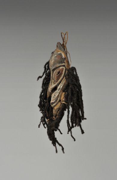 Masquette, région du bas Sepik. Par sa dimension, ce petit masque avait probablement un usage domestique. Ils étaient souvent fixés à un sac ou à un objet personnel ou encore utilisé comme ornement de coiffure ou encore comme pectoral. La présence de cheveux humains indique qu'il était chargé d'une grande puissance. Bois, cheveux humains, fibre, rotin et pigments. H. : 21,2 cm. Offert par Henri Lavachery, en 1932, aux MRAH. Acquis des MRAH par voie d'échange en 1979. © MRAC. Inv…