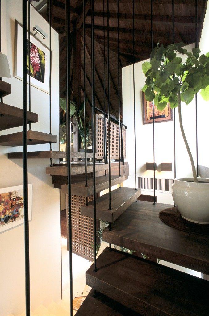 ダークブラウンの踏み板に黒い吊り階段の組み合わせがエスニックな雰囲気