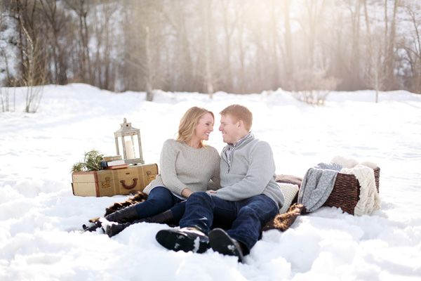 A cosy snow picnic engagement shoot! photos by http://www.lauramurrayphotography.com
