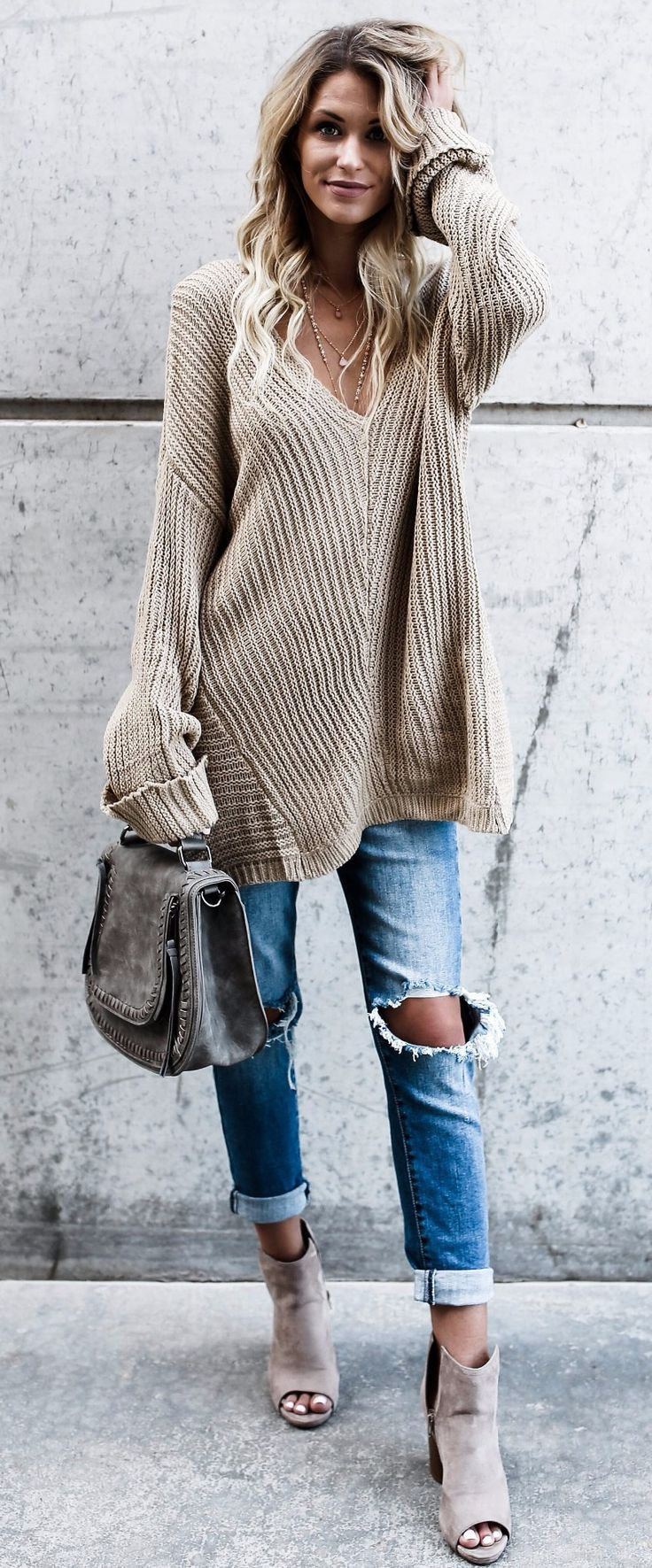 An oversized sweater that will make everyone asks where did you get it #omgoutfitideas #outfitoftheday #outfitinspiration