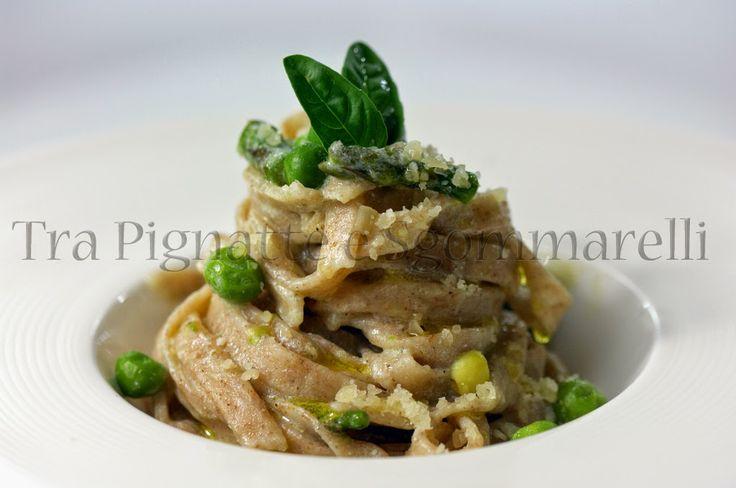 Fettuccine acqua e farina, con asparagi, piselli, ricotta e parmigiano
