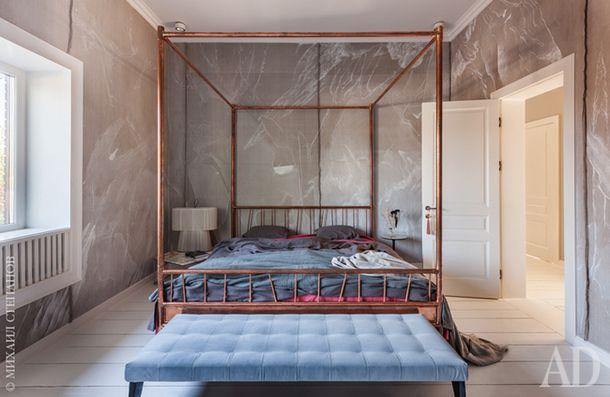 Вторая спальня сделана по тому же принципу — холст на стенах и кровать с балдахином, изготовленная в Working Gang. Но на этот раз кровать из меди, а роспись стен выполнил художник Михаил Бунтин.