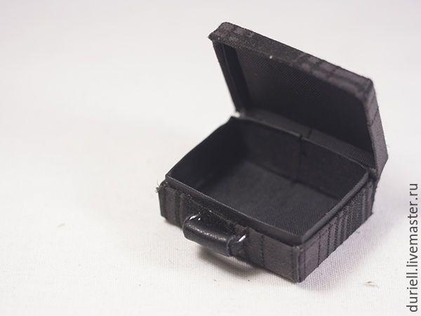 Чемоданчик для куклы, размеры 50х38х20 мм. Чемоданчик делали впервые, кое-что придумывалось, и технология отрабатывалась по ходу работы. Нам понадобятся: Крафт-бумага 200г/ кв.м 1 лист А4. Кожа. Консервная банка. Ткань х/б (верх), ткань для подкладки. Скрепки, канцелярские прищепки. Клей универсальный, клей моментальный. Инструмент: пассатижи, керн, молоток, пинцет. Чертёж.