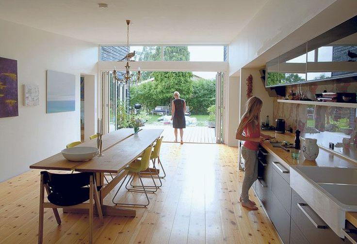 Dette danske huset kalles lokalt forHaveforeningen. Et hus med deilig romfølelse, med rom som flyter over i hverandre. Og en deilig hage so...