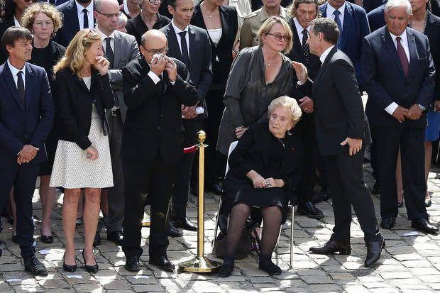 L'ex première dame Bernadette Chirac fatiguée est assise sur une chaise dans la cour d'honneur des Invalides