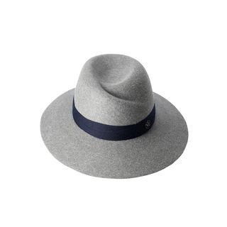 Virginie est un fedora, un chapeau proposé ici dans sa version en feutre de lapin diapason grey avec plusieurs tours de ruban en laine marine.