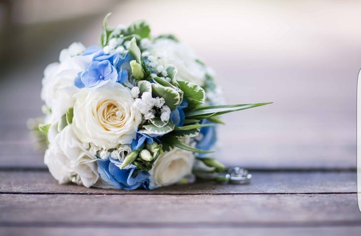 Maritime Brautstrauß, in weiß und blau, um uns herum fest gebunden.