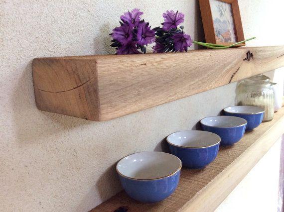 Diese schwimmenden Regal Set Marri hat einen modernen Stil mit einem rustikalen Touch.  Mit der glatt und schön markante Marri Gum Ader auf dem Regal Gesicht mit einem kontrastierenden grobe Top, wäre dies eine feine Ergänzung für jeden Wohnraum.  In Holz Versiegelung auf Wasserbasis versiegelt.  Dieses Set wird auf Bestellung gefertigt. Es wird aus dem gleichen Holz gemacht, aber bitte beachten Sie, daß es Unterschiede in der Maserung des Holzes. Rund zu machen beträgt 2 Wochen.  Wenn Sie…