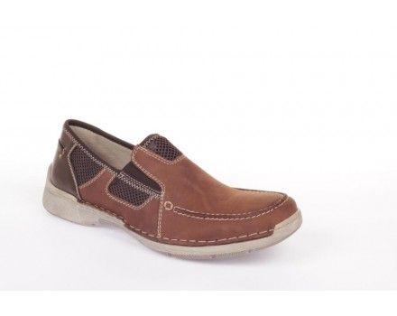 Flot mørkebrun hyttesko i læder fra Rieker! Det olierede skind gør, at skoen hurtig former sig efter din fods unikker pasform, så du er sikre optimal komfort! Komforten ledsages af den stødabsorberende effekt bunden har da den er opbygget af et gummimateriale, hvori der er tætkomprimerede bittesmå lufthuller. Disse sikre ikke kun en meget let sko, men giver også en stødabsorberende effekt til fordel for ben, hofte og ryg!