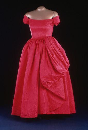 Mamie Eisenhower's evening gown in silk damask. It was designed by Nettie Rosenstein and worn to a 1957 state dinner at the British Embassy.