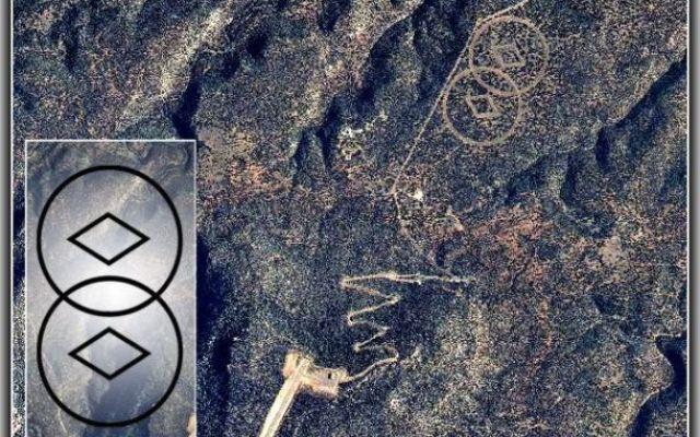 Scientology e la sua cattedrale aliena Nel deserto del New Mexico si trova un misterioso impianto segreto che presumibilmente appartiene alla setta Scientology. Il sito è caratterizzato da un grande simbolo inciso sul suolo del deserto e #scientology #cattedralealiena