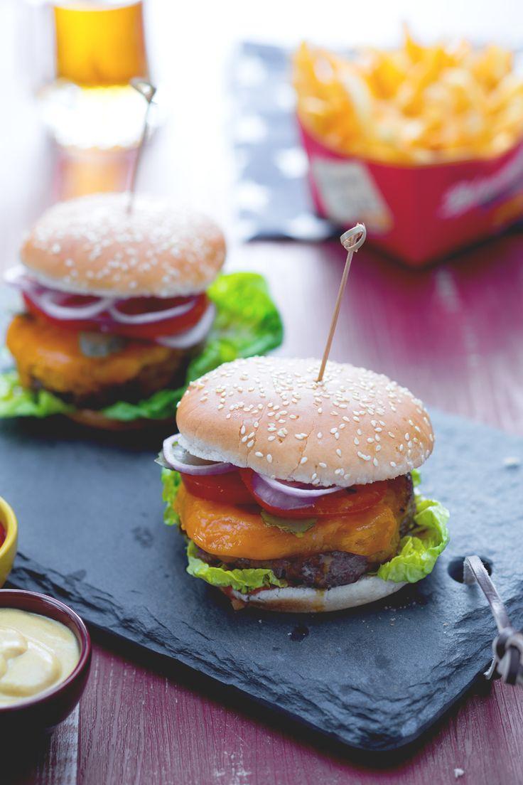 Partita in tv o un film in compagnia? Riunisci amici e parenti e prepara per tutti il nostro delizioso #Cheeseburger! #Giallozafferano #recipe #ricetta #burger #hamburger #streetfood