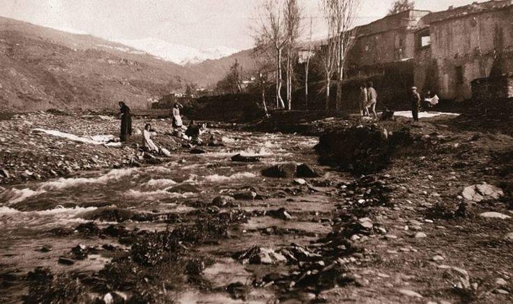 Lavanderas en el Río Cadiar. 1922 © Angelo Hornak / CORBIS