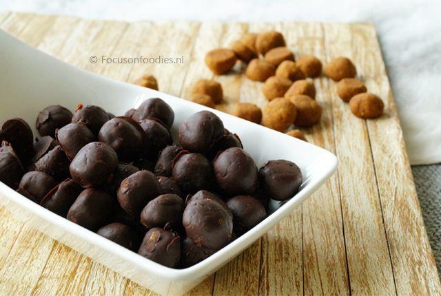 Glutenvrije en suikervrije chocolade pepernoten maak je heel simpel zelf. Dit recept is daarnaast vrij van geraffineerde suikers en ook zuivelvrij en veganistisch.