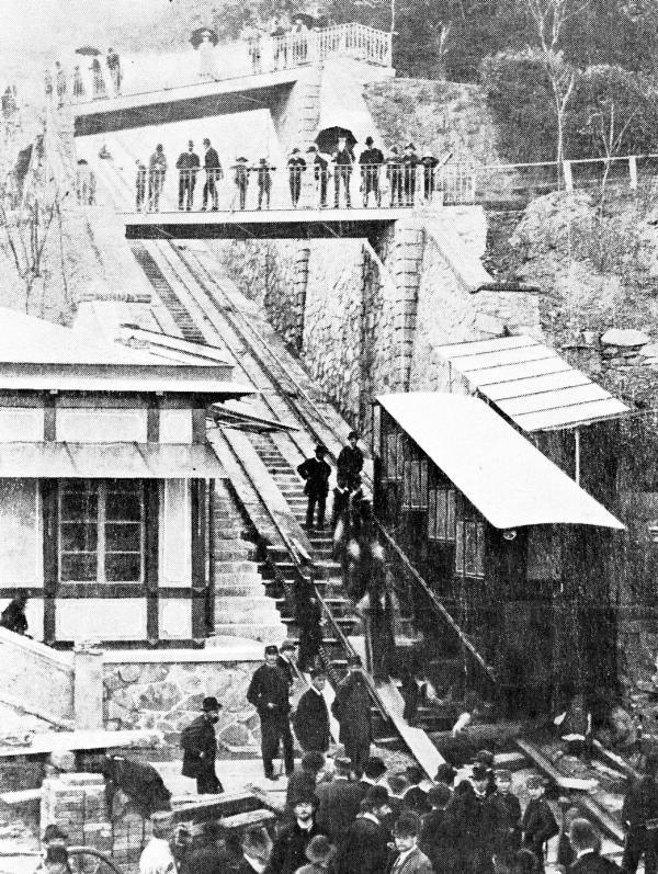 První pražská lanová dráha, která vedla právě do Letenských sadů. 31. 5.1891. Lanovka jezdila od tehdejšího mostu císaře Františka Josefa (dnešní most Štefánikův), kde se v současné době nachází dolního vyústění Letenského tunelu. Odtud vedla nahoru k Letenskému zámečku. Zde na lanovou dráhu navazovala Křižíkova elektrická dráha, která Pražany vyvezla až do Stromovky- Královské obory. Lanová dráha na Letnou jezdila až do roku 1916, ale ke zrušení došlo až v roce 1922.