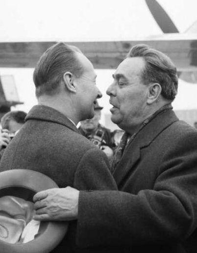"""Een """"Communistische broederkus"""" tussen de communistische Sovjetleider Leonid Brezjnev (rechts) en Alexander Dubcek (links). Brezjnev stond wantrouwig tegenover Dubceks hervormingen: hij meende dat die """"het socialisme zouden verzwakken"""" en """"de contrarevolutie zouden uitlokken"""". Niettemin was uiterlijk vertoon heel belangrijk (""""één communistisch blok""""), en kusten de leiders elkaar bij openbare ontmoetingen."""