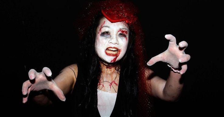 """Ideias de maquiagens assustadoras para o Dia das Bruxas: Maria Sangrenta. """"Maria Sangrenta"""", foi, de acordo com uma lenda urbana popular, uma bruxa que matou jovens e usou o sangue deles para recuperar sua juventude. No conto, ela foi queimada na fogueira pelos moradores, mas, antes de morrer, amaldiçoou seus acusadores, de modo que, se alguém dissesse o seu nome três vezes na frente de um espelho, ela apareceria no ..."""