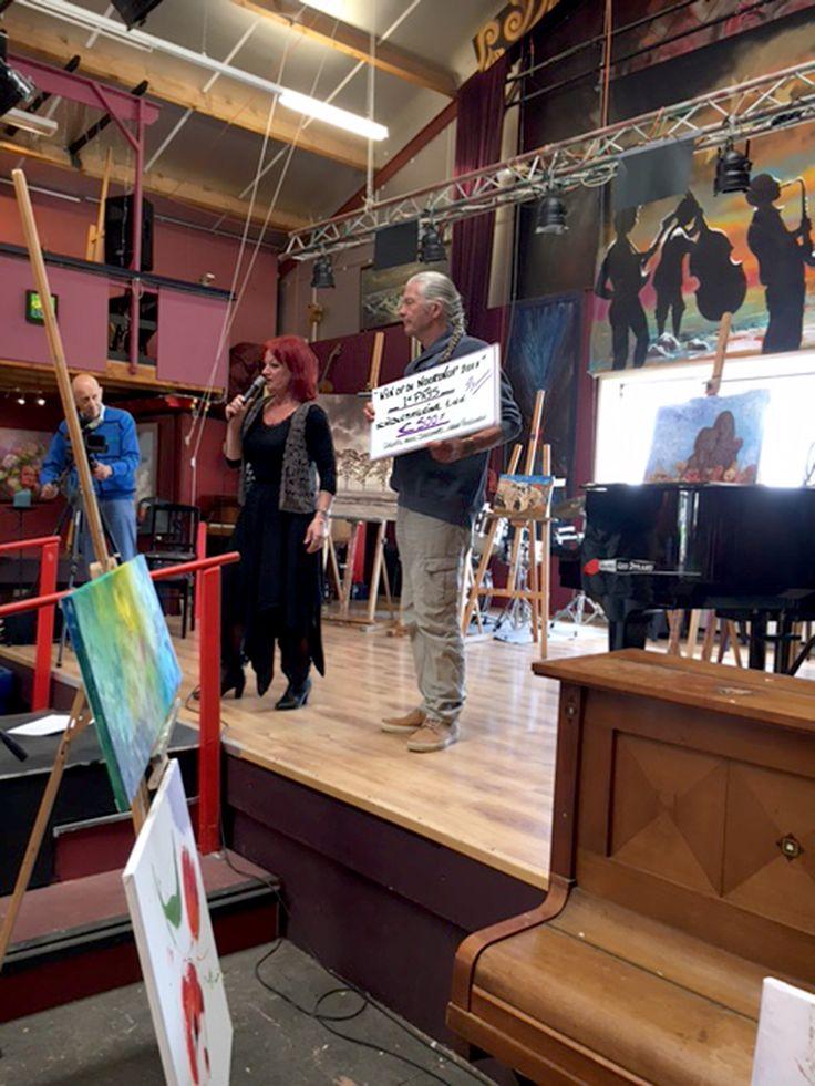 Pieter wint de eerste prijs met de schilderwedstrijd van Elly Doolaard - Galerie Doolaard te Anna Paulowna: 'kijk op de Noordkop'. 13-05-2017. Zijn winnende schilderij is te zien op de achtergrond tussen Elly en Pieter in..4 bomen in een polderlandschap. Uitgevoerd met olieverf op doek. 1mx1m. Keigaaf!!!