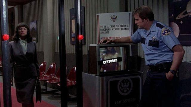 Scanner corporal – Apertem os Cintos, o Piloto Sumiu! – 2ª Parte (1982)  Entre todos os percalços e situações bizarras vistos em Apertem os Cintos 2, um filme que você ou vai amar ou odiar, scanners que visualizam seu corpo inteiro, revelando partes nuas dos passageiros, pareciam tão bobos na época que eu não podia deixar de rir. Quase três décadas depois, ninguém achou engraçado quando a TSA, agência que cuida da segurança em transportes nos EUA, realmente implementou scanners