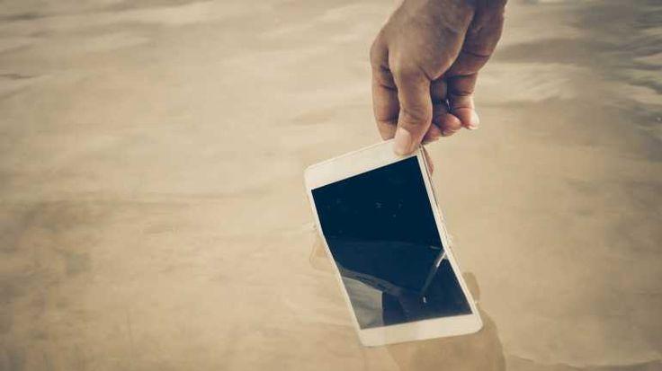 Ist das Handy ins Wasser gefallen, holen Sie es schnellstmöglich wieder raus. Vorsicht ist geboten, wenn das Gerät noch am Ladekabel hängt.