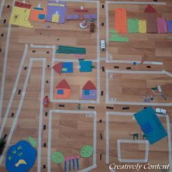 Maak met tape en papier een heuse stad op de grond... als soort van thematafel bij diverse verhalen en boeken