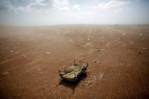 """Murad SezerMurad Sezer / Reuters  Le 27 septembre 2014, le photographe voit ce berceau laissé à l'abandon par les réfugiés qui ont fuit l'attaque de l'Etat islamique, après la deuxième bataille de Kobané, en Syrie. """"Si son propriétaire avait eu un peu d'espoir, peut-être ne l'aurait-il pas laissé"""", commente le photographe."""