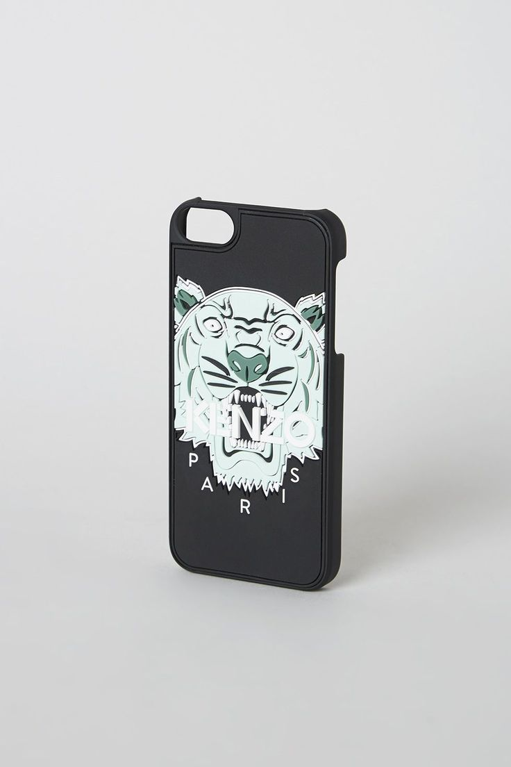 iPhone 5 cover far Kenzo i sort. 300 kr. Kan købes her: https://www.kenzo.com/en/shop/women_101/digital-cases_268/tiger-iphone-5-case_12103/