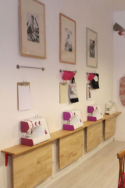 Atelier couture - belle idée, la table repliable, pour libérer de l'espace lorsque l'on ne pique pas.