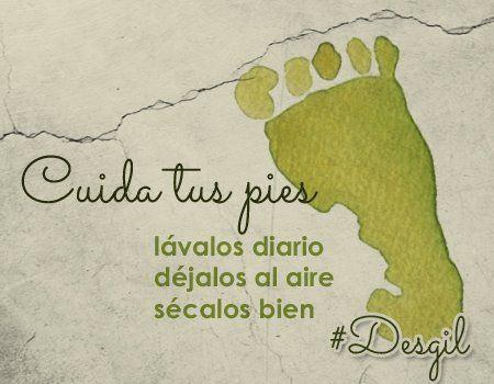 ¿Cómo cuidas tus pies para evitar hongos? Porque por obvio que parezca, nuestros pies deben ser lavados diariamente durante el baño. Es muy importante no utilizar ningún tipo de fibra ya que esta puede dañar nuestra piel. Por supuesto, al final debemos secar muy bien los pies con una toalla e incluso dejarlos al aire libre unos cuantos minutos. De esta manera evitaremos la aparición de hongos.