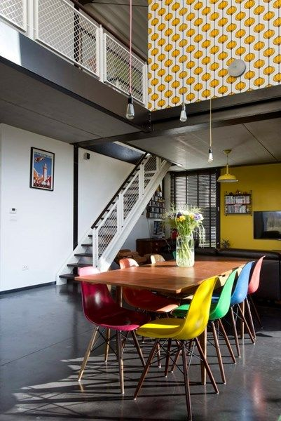 BINNENKIJKEN. Staalskeletbouw met kleurrijk interieur - De Standaard