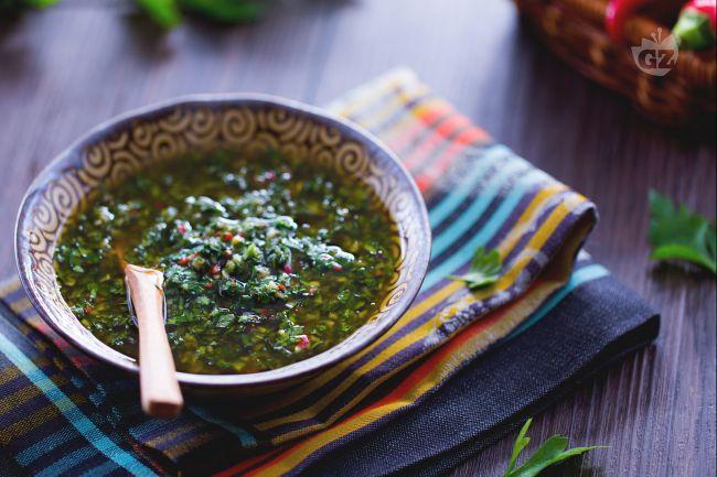 Il chimichurri è una salsa verde tipica dell'Argentina: preparata con prezzemolo, peperoncino e cipolla, è perfetta per accompagnare carne e pesce