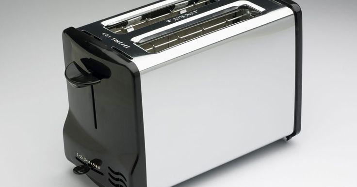 Como consertar fitas de nicromo em uma torradeira. Torradeiras possuem fitas metálicas de resistência interior feitas de nicromo ou de uma liga de níquel/cromo. A eletricidade viaja pelas fitas que resistem ao fluxo. Esse processo faz com que as fitas fiquem quentes devido ao atrito dos elétrons no fluxo de eletricidade e o calor doura seu pão, resultando em torradas. As fitas de nicromo podem ...